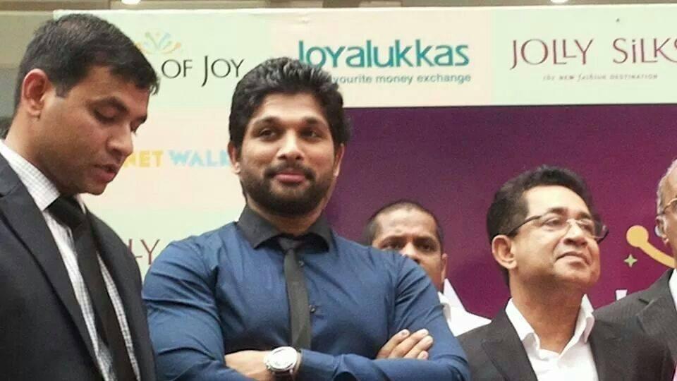 allu-arjun-at-mall-of-joy-kerala-stills-12