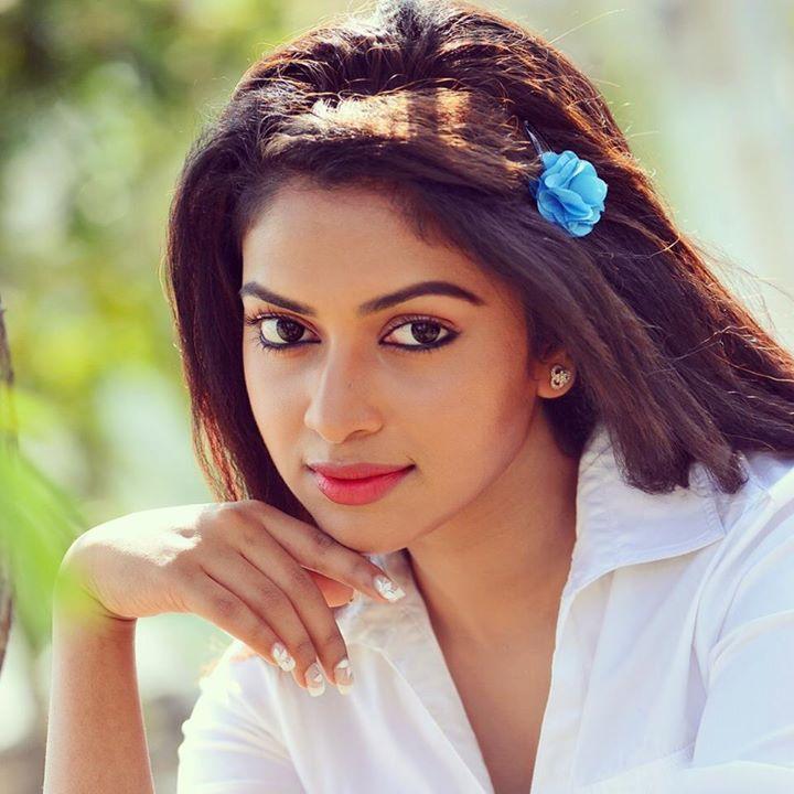 amala-paul-malayalam-actress-stills-6