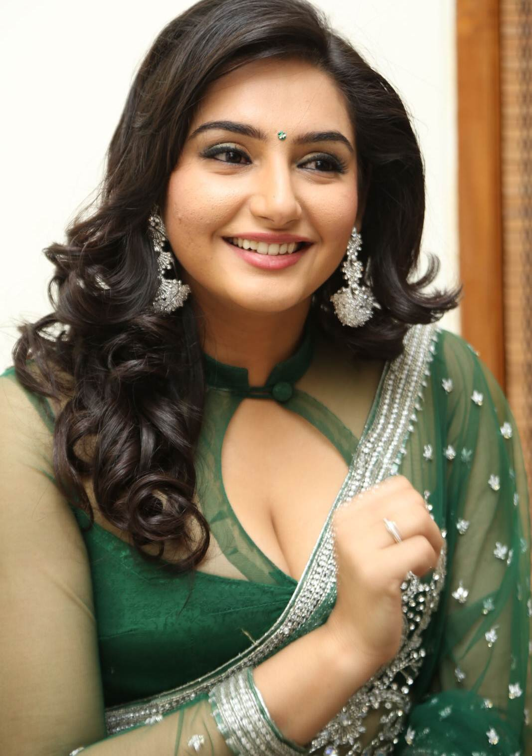 ragini-dwivedi-hot-cleavage-stills-8